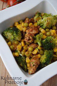Sałatka z kurczakiem, groszkiem konserwowym i brokułem