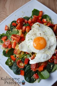 Kolorowa prosta sałatka z kaszą kuskus i jajkiem sadzonym