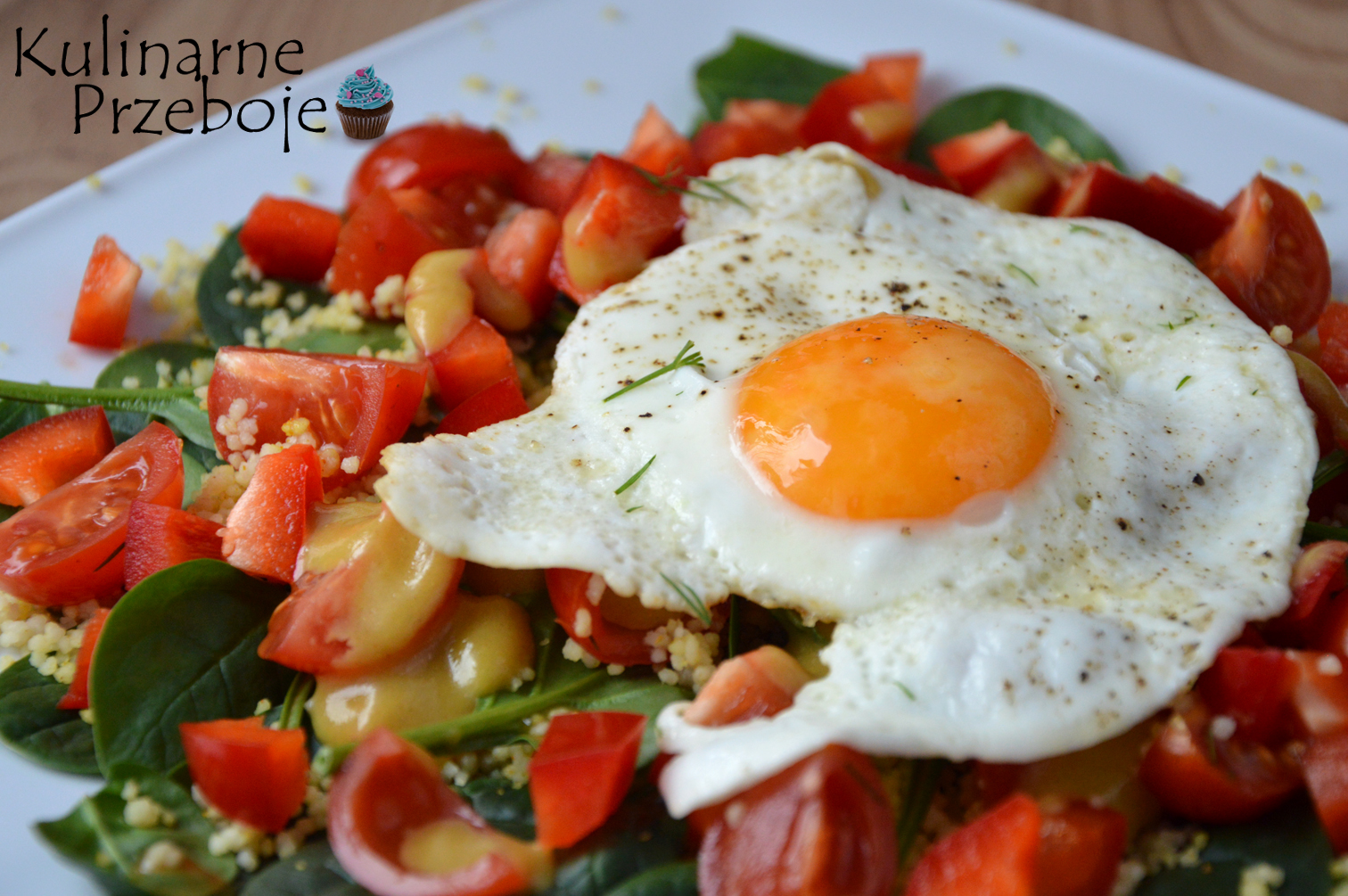 Sałatka z kaszą kuskus i jajkiem sadzonym