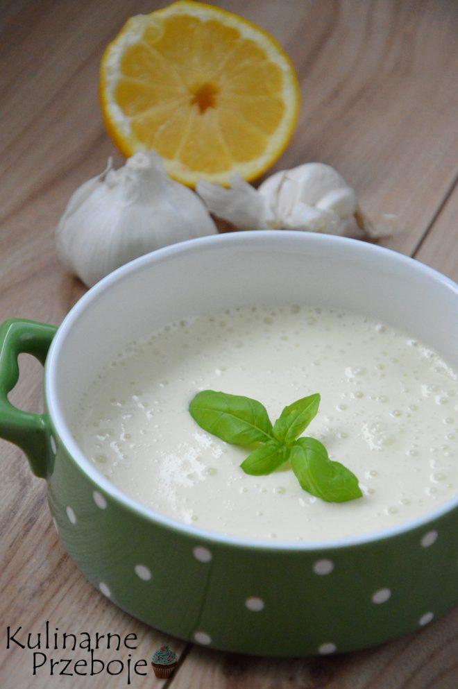 Libański sos czosnkowy Toum z sokiem z cytryny i białkiem jajka