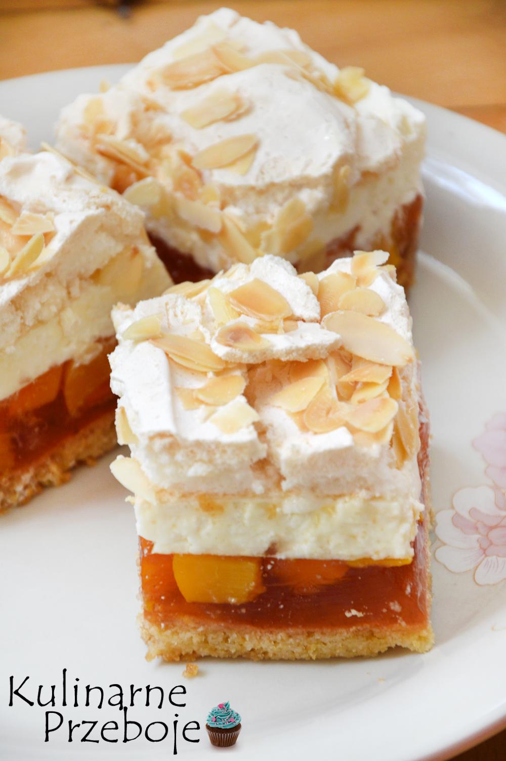 Kawałki delikatnego ciasta brzoskwiniowa chmurka