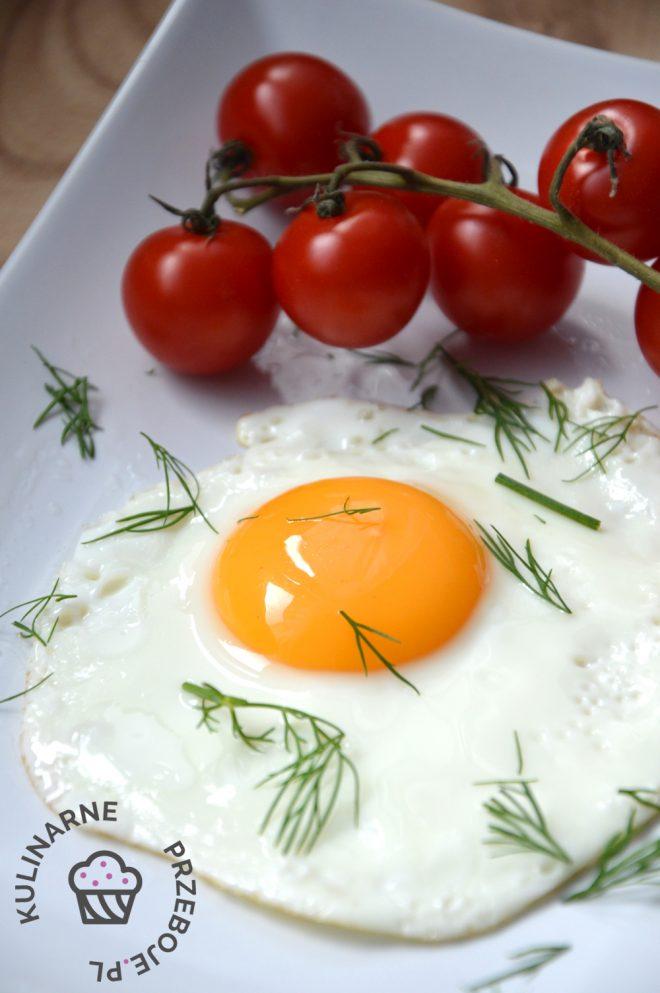 Idealna jajko sadzone na talerzu