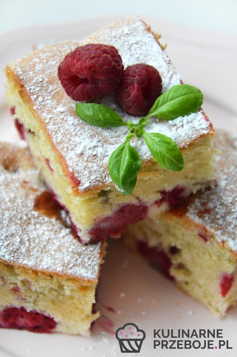 Kawałki pysznego ciasta z malinami na różowym talerzyku