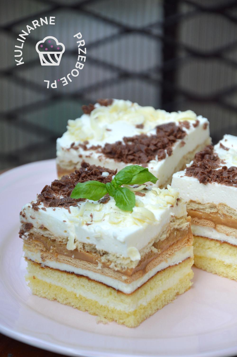 Kawałki ciasta balowego z białą i ciemną czekoladą