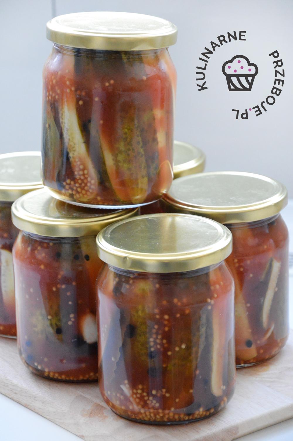 Słoiki z ogórkami w ketchupie