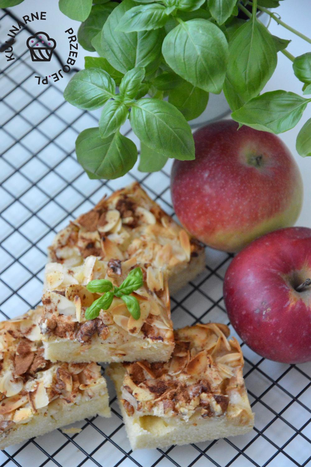Cztery kawałki prostego ciasta z migdałami i jabłkami
