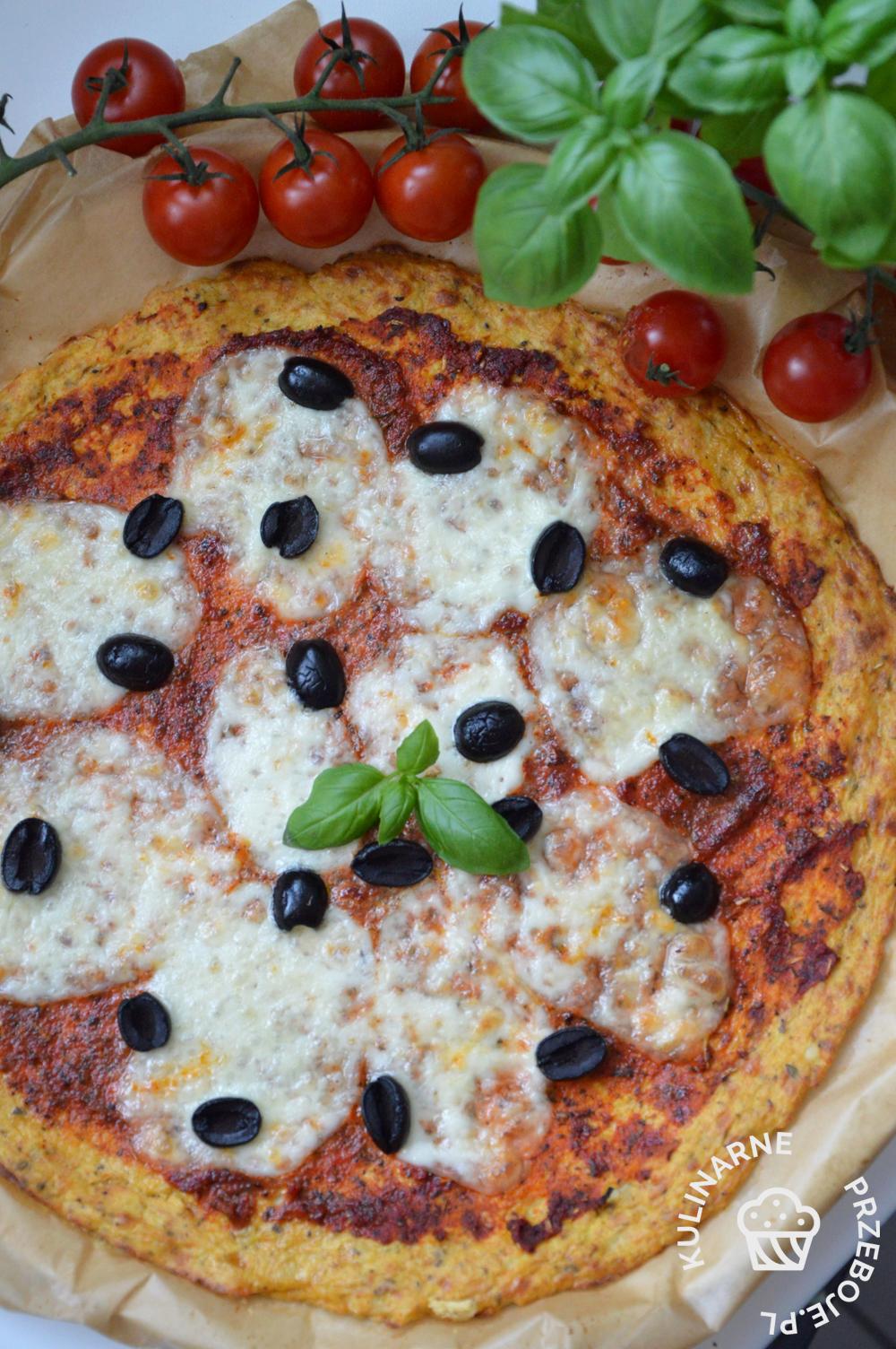 Fit pizza na spodzie z kalafiora z czarnymi oliwkami i sosem pomidorowym