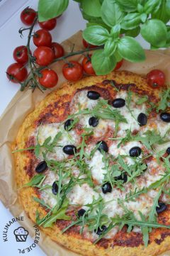 Dietetyczna fit pizza na spodzie z kalafiora z serem mozzarella, czarnymi oliwkami i świeżą rukolą
