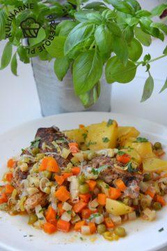 Przepyszny obiad, kurczak w jarzynach z ziemniakami