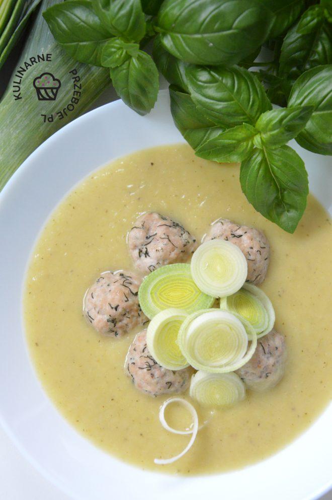 Zupa porowa na bulionie warzywnym z klopsikami z mięsa mielonego