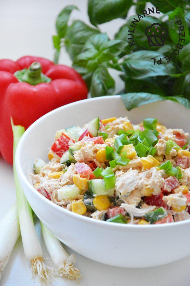Szybka i kolorowa sałatka z gotowanym kurczakiem w sam raz na imprezę lub obiad