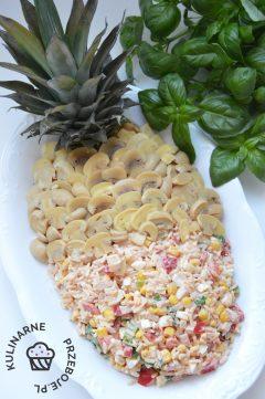 Pomysłowa sałatka z ananasem, szynką, kukurydzą i marynowanymi pieczarkami