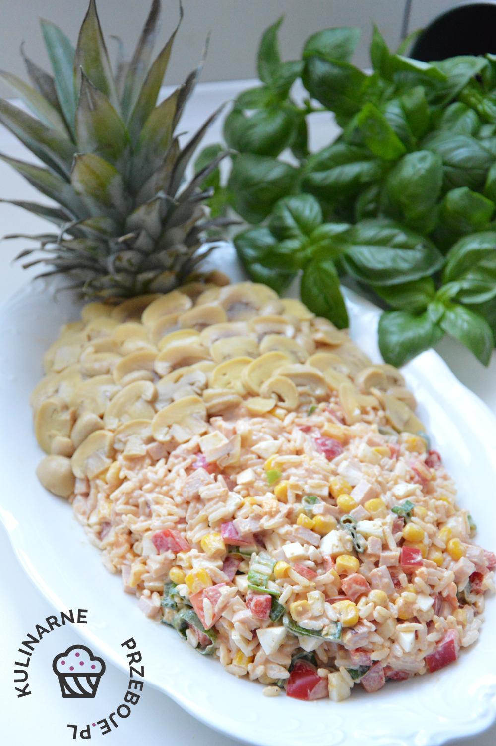 Pyszna sałatka z ryżem, z dodatkiem kukurydzy, pieczarek, szynki i papryki czerwonej