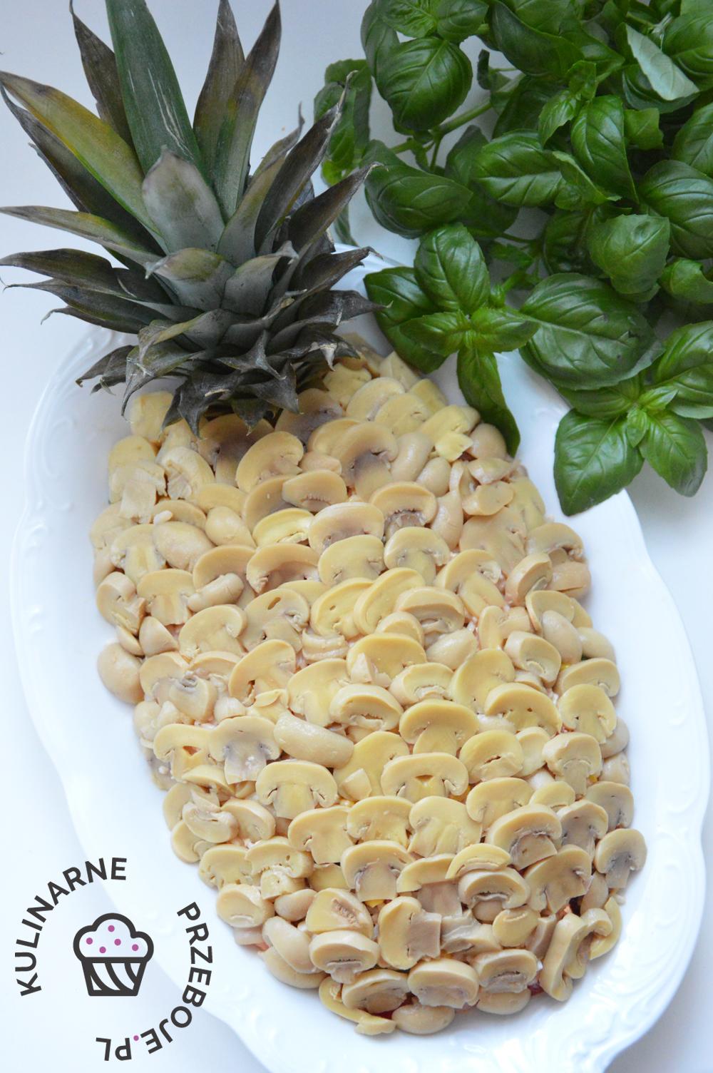 Sałatka z szynką, kukurydzą i pieczarkami stylizowana na ananasa