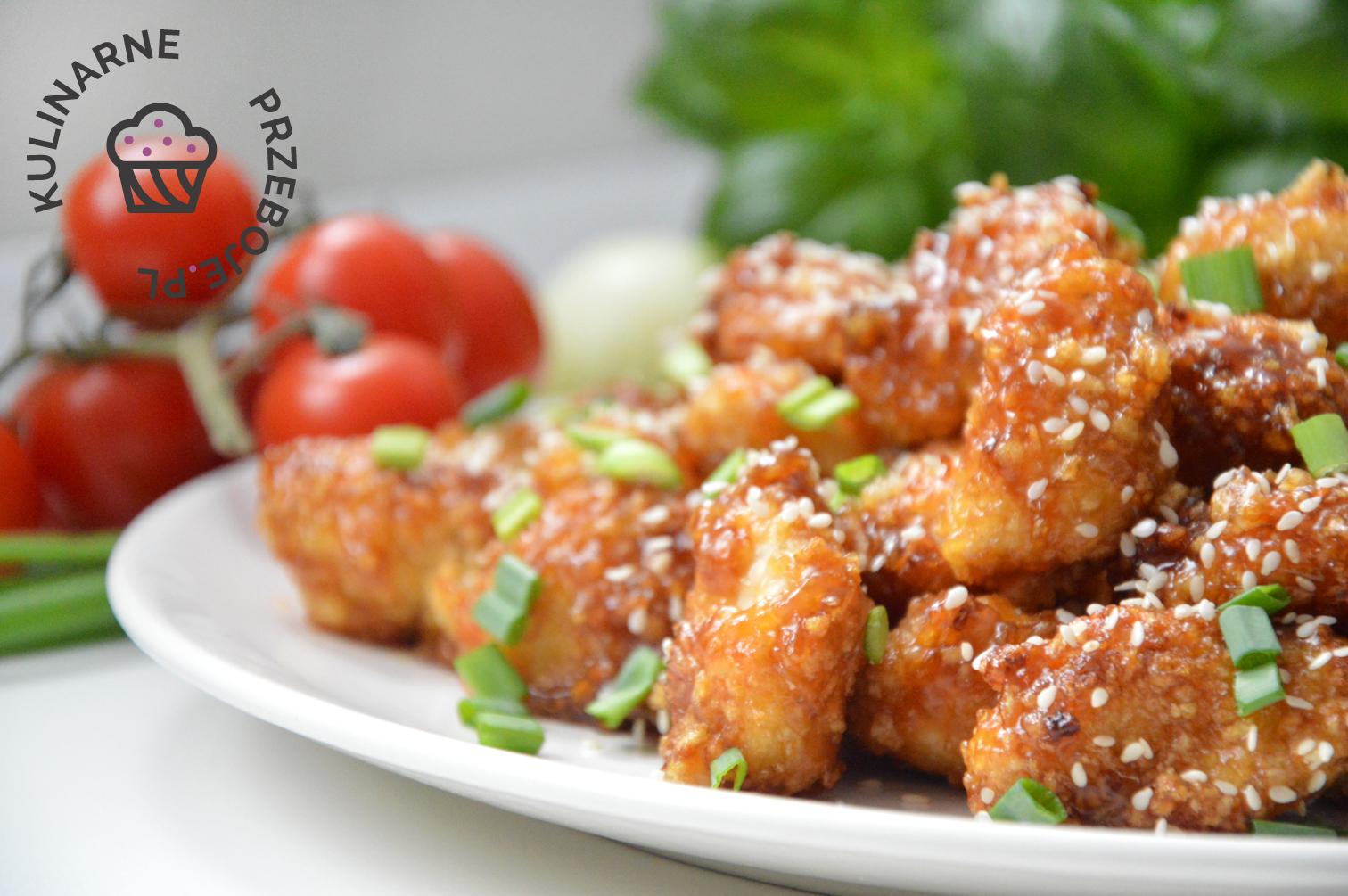 Kawałki kurczaka miodowo-czosnkowe z sezamem