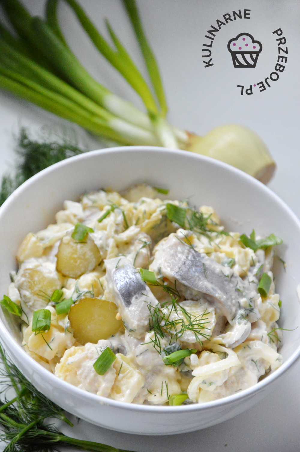 Pyszny sledź z kiszonym ogórkiem, ziemniakami, jajkiem i dodatkiem majonezu