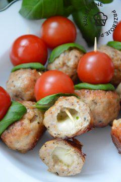 imprezowe koreczki z mozzarellą, pomidorkami koktajlowymi i mięsem mielonym