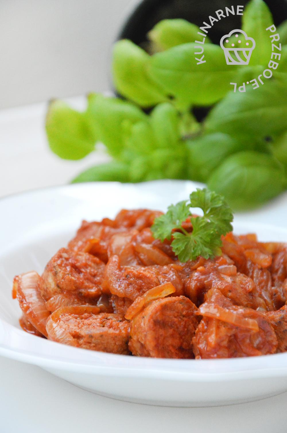 biała kiełbasa z cebulą i koncentratem pomidorowym