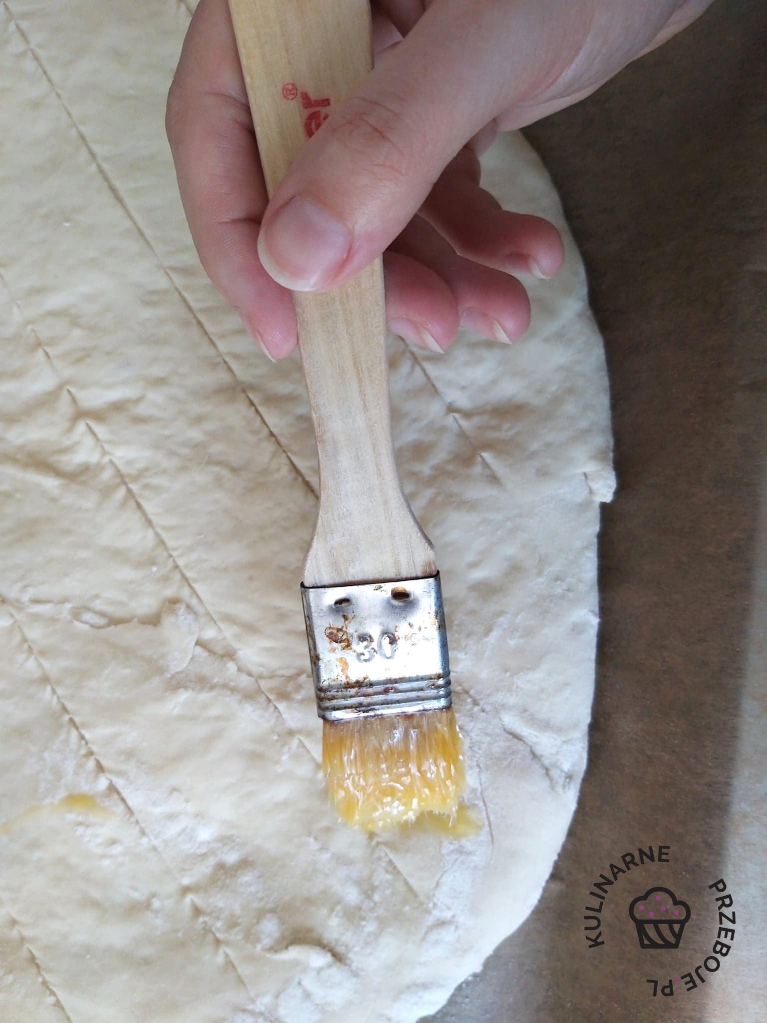 ciasto na bułki do kebaba smarowane żółtkiem