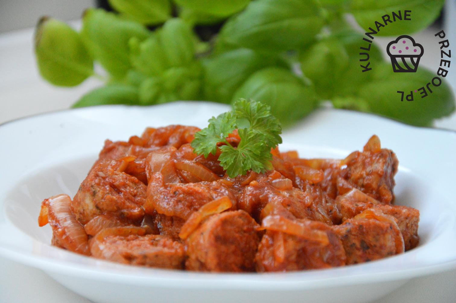 smażona biała kiełbasa na wielkanoc w sosie pomidorowym