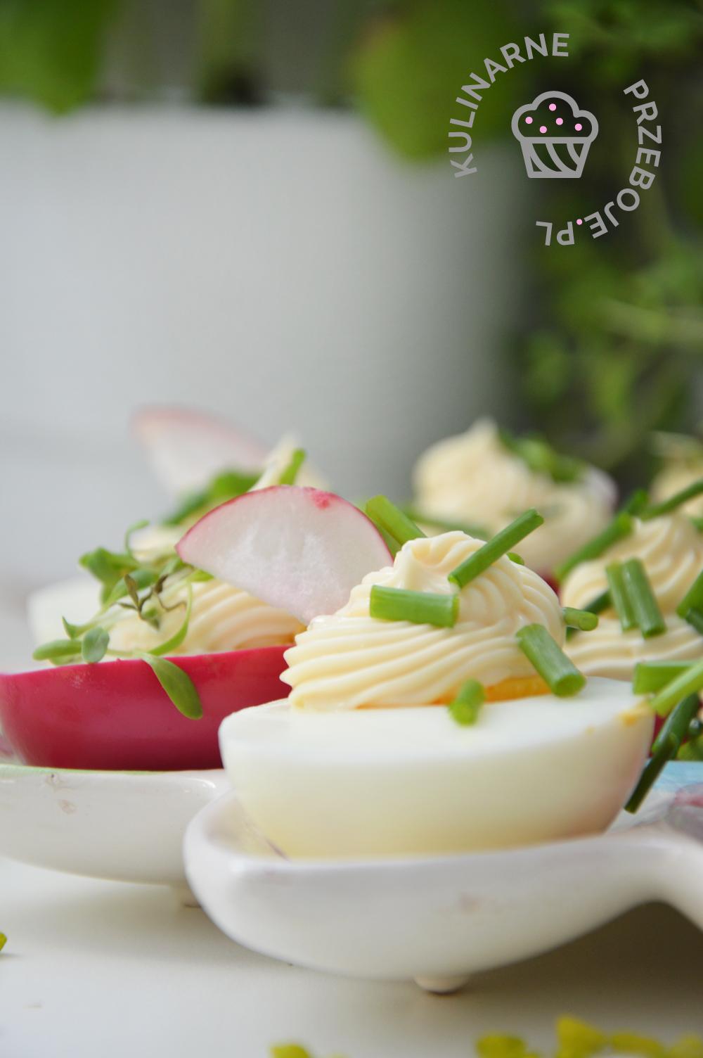 kolorowe jajka w majonezie