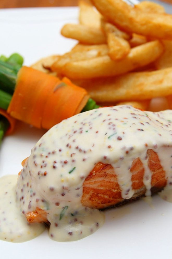 Soczysty łosoś z frytkami,, jak przygotować soczystą rybę?