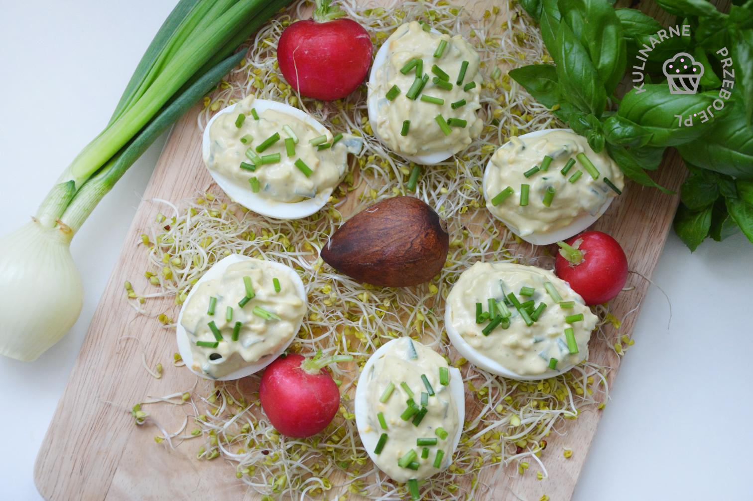 wielkanocne jajka faszerowane z awokado