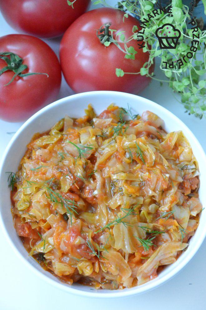 młoda kapusta z pomidorami na ciepło