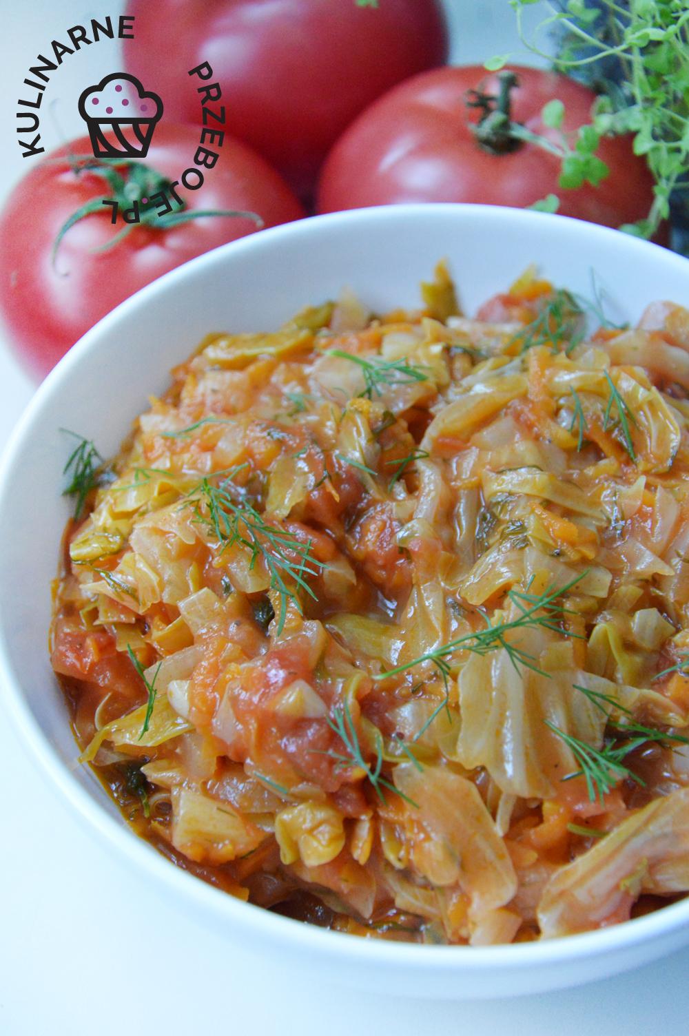 młoda kapusta zasmażana z pomidorami do obiadu