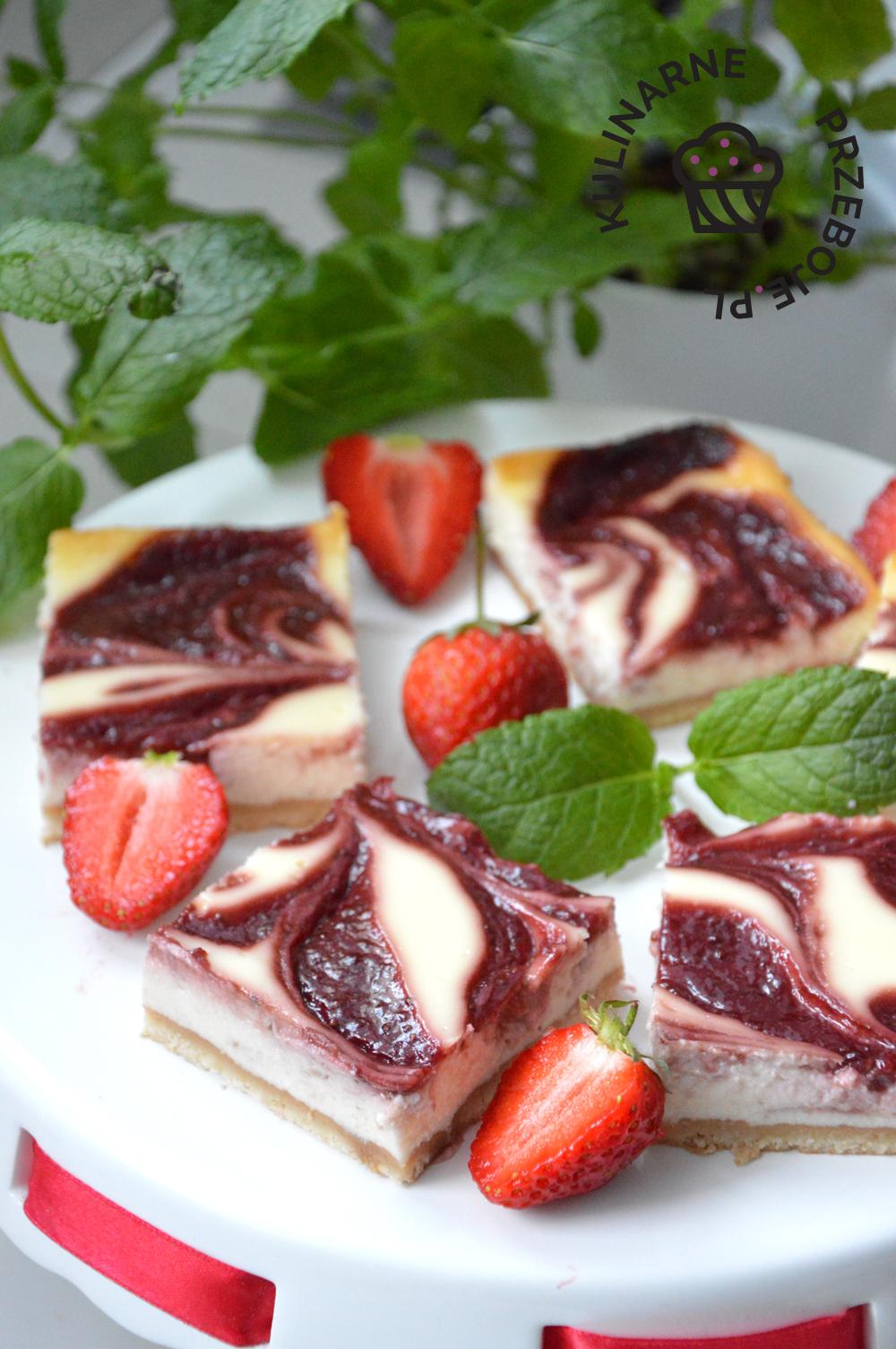 przepis na sernik z truskawkami na spodzie z herbatników