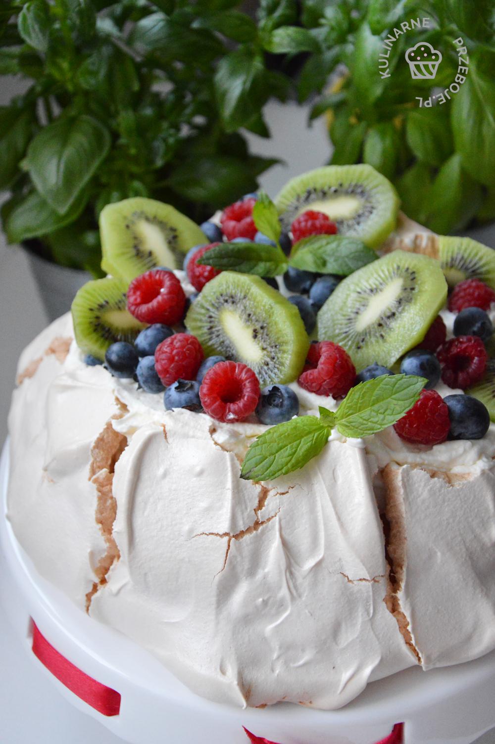beza z kremem i owocami