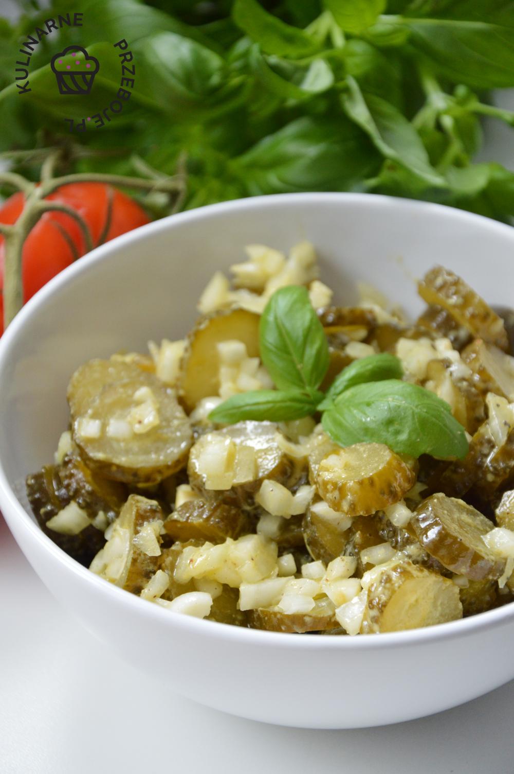 sałatka do obiadu lub grilla z ogórkami kiszonymi