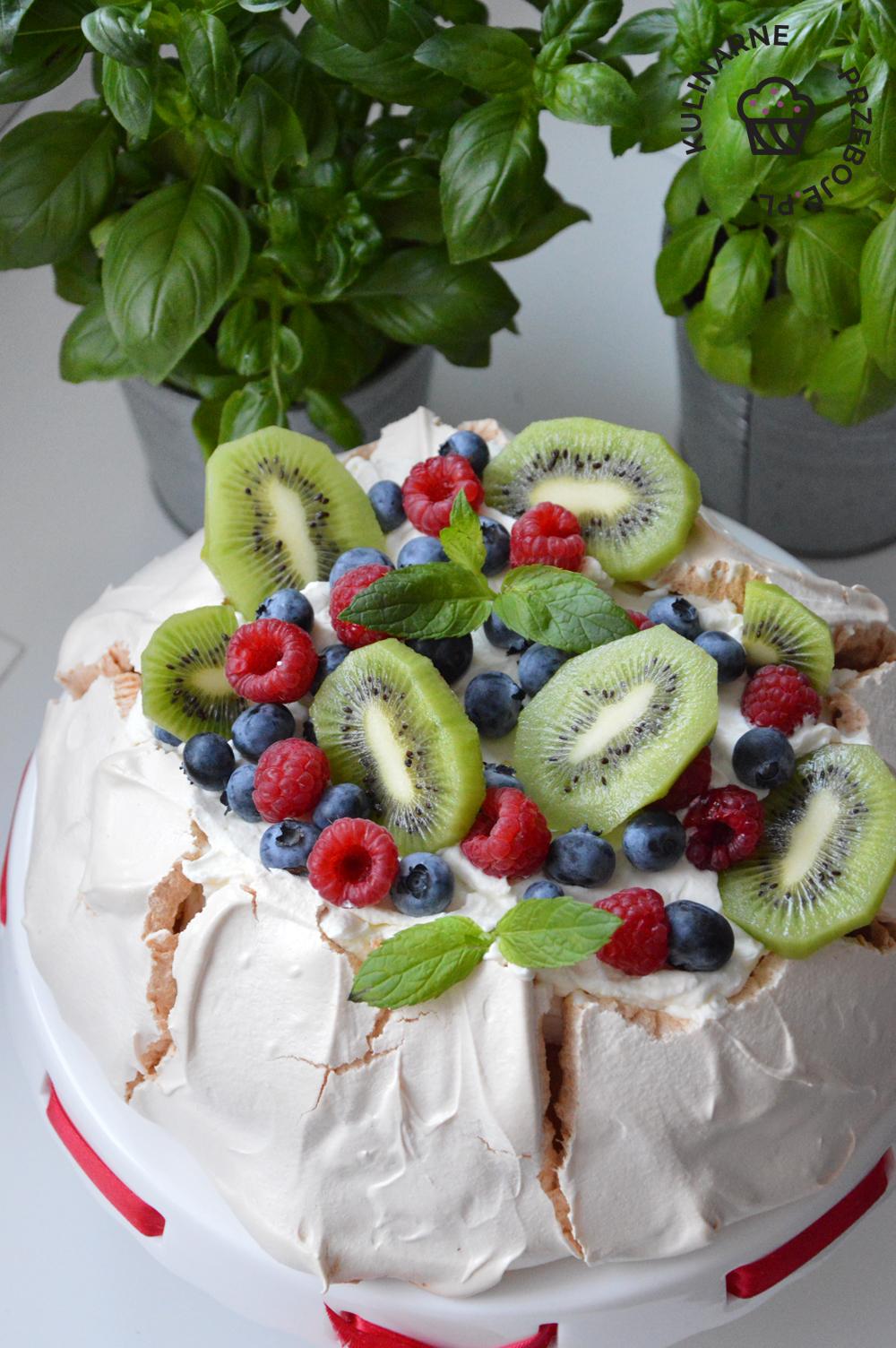 tort pavlova z kremem i owocami