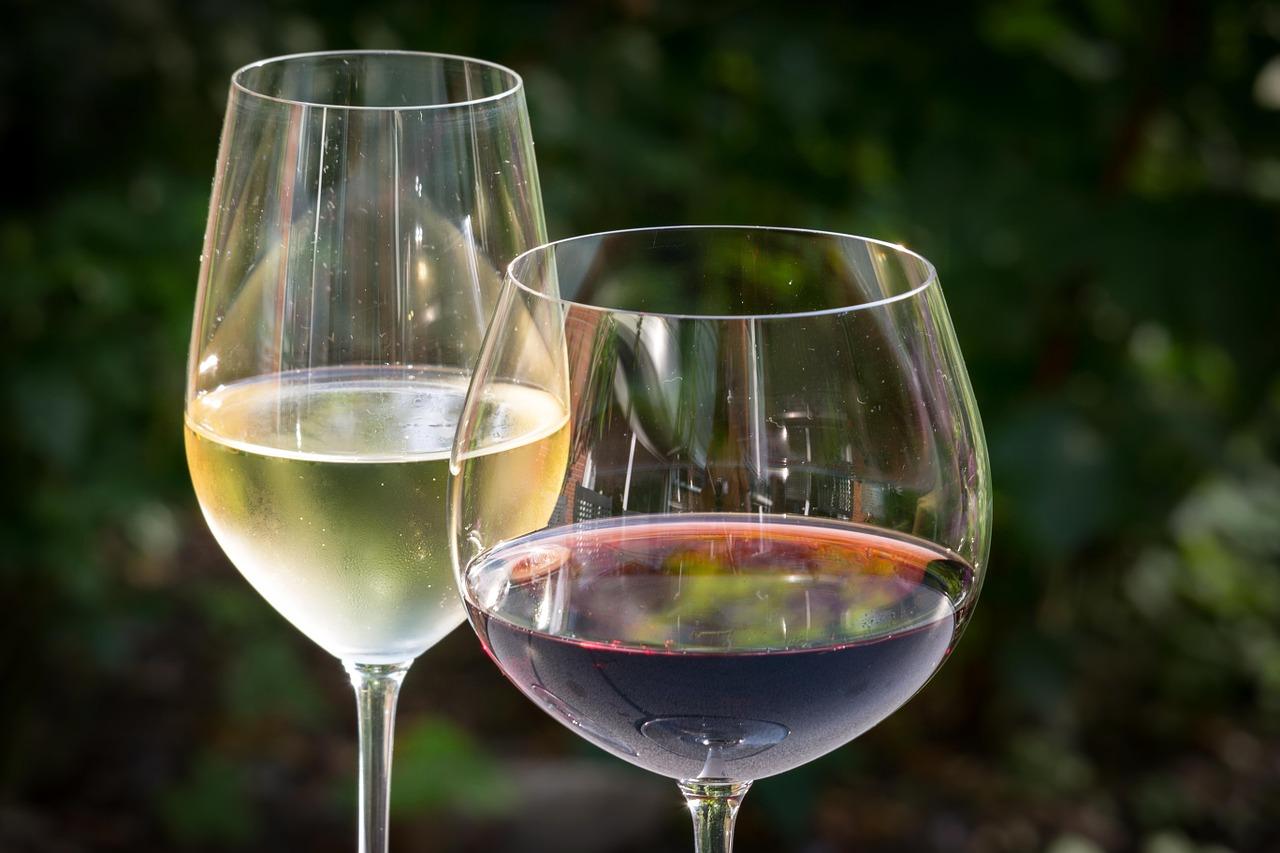 Które wino wybrać do obiadu? Białe czy czerwone?