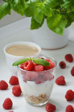 deser jogurtowy z malinami przepis