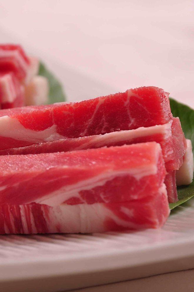 Świeże mięso w kawałkach na zielonym liściu