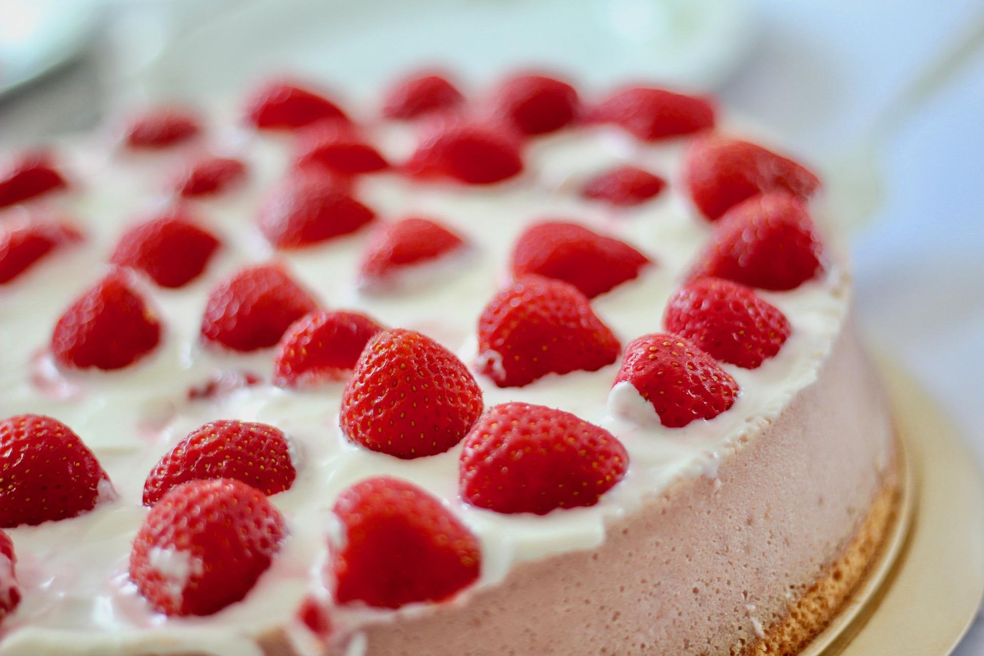 Przepyszne ciasto ze świeżymi truskawkami na komunię