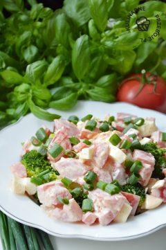 sałatka brokułowa przepis