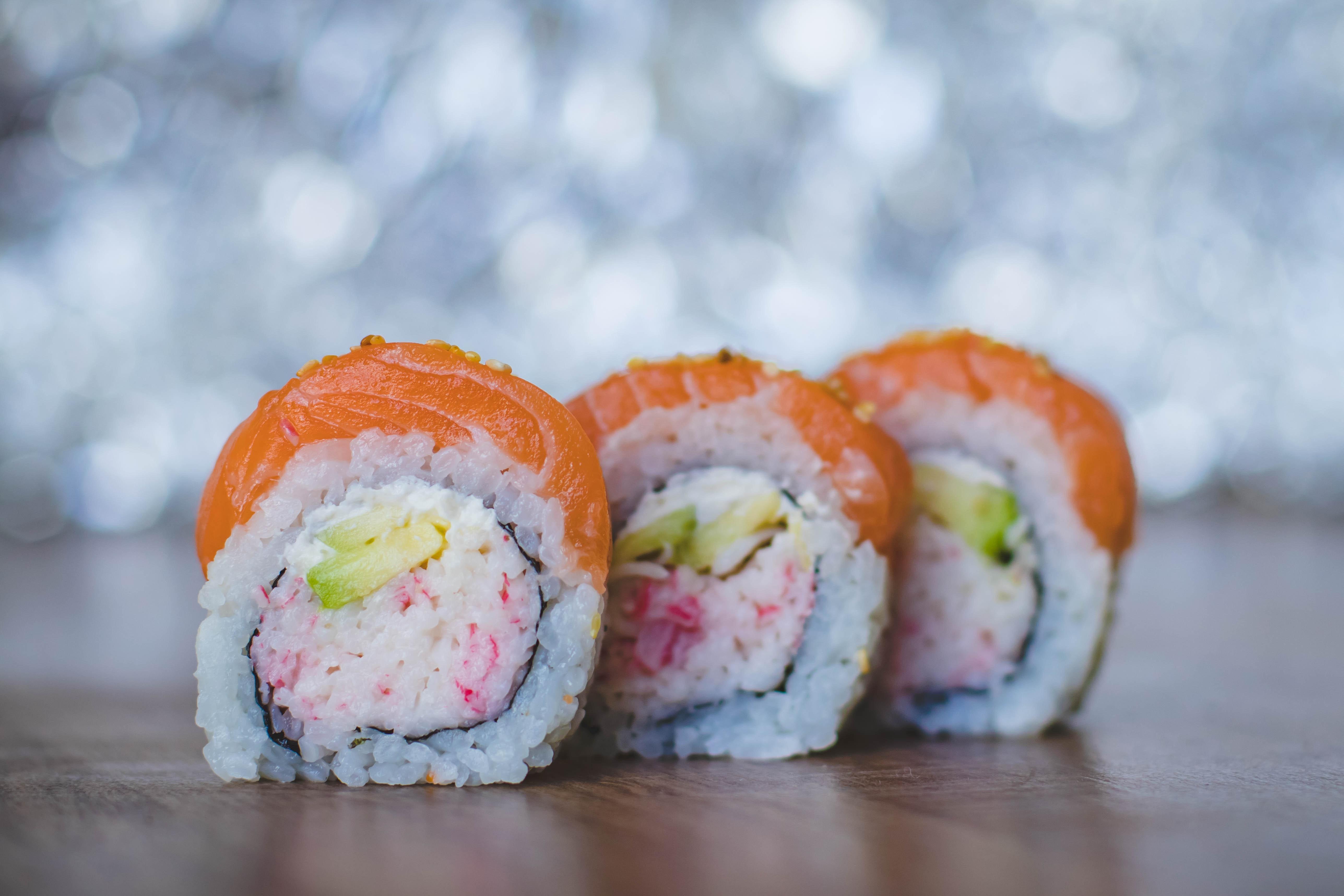 Przepyszne sushi z łososiem w trzech kawałkach