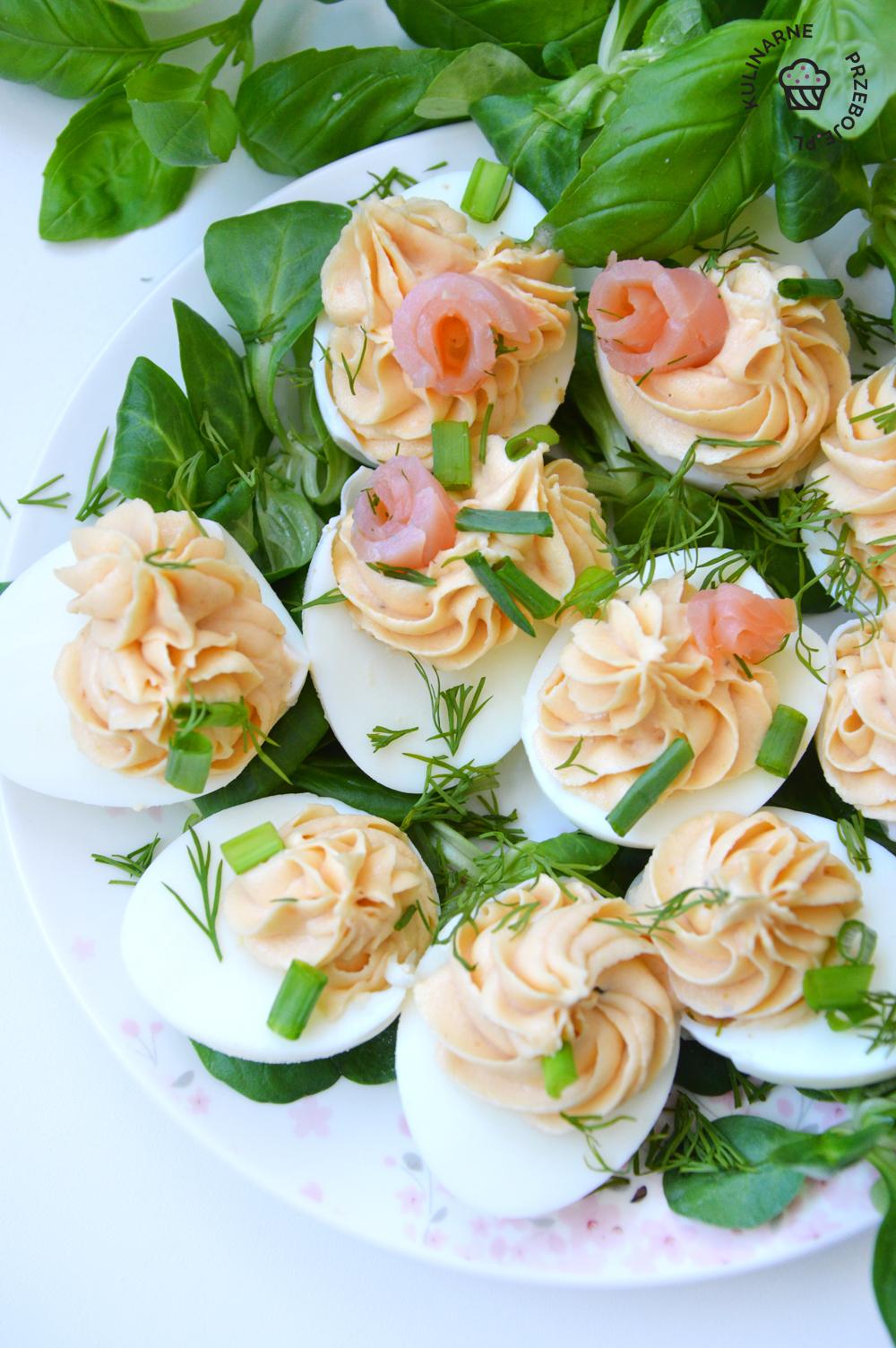 jajka faszerowane łososiem i szczypiorkiem
