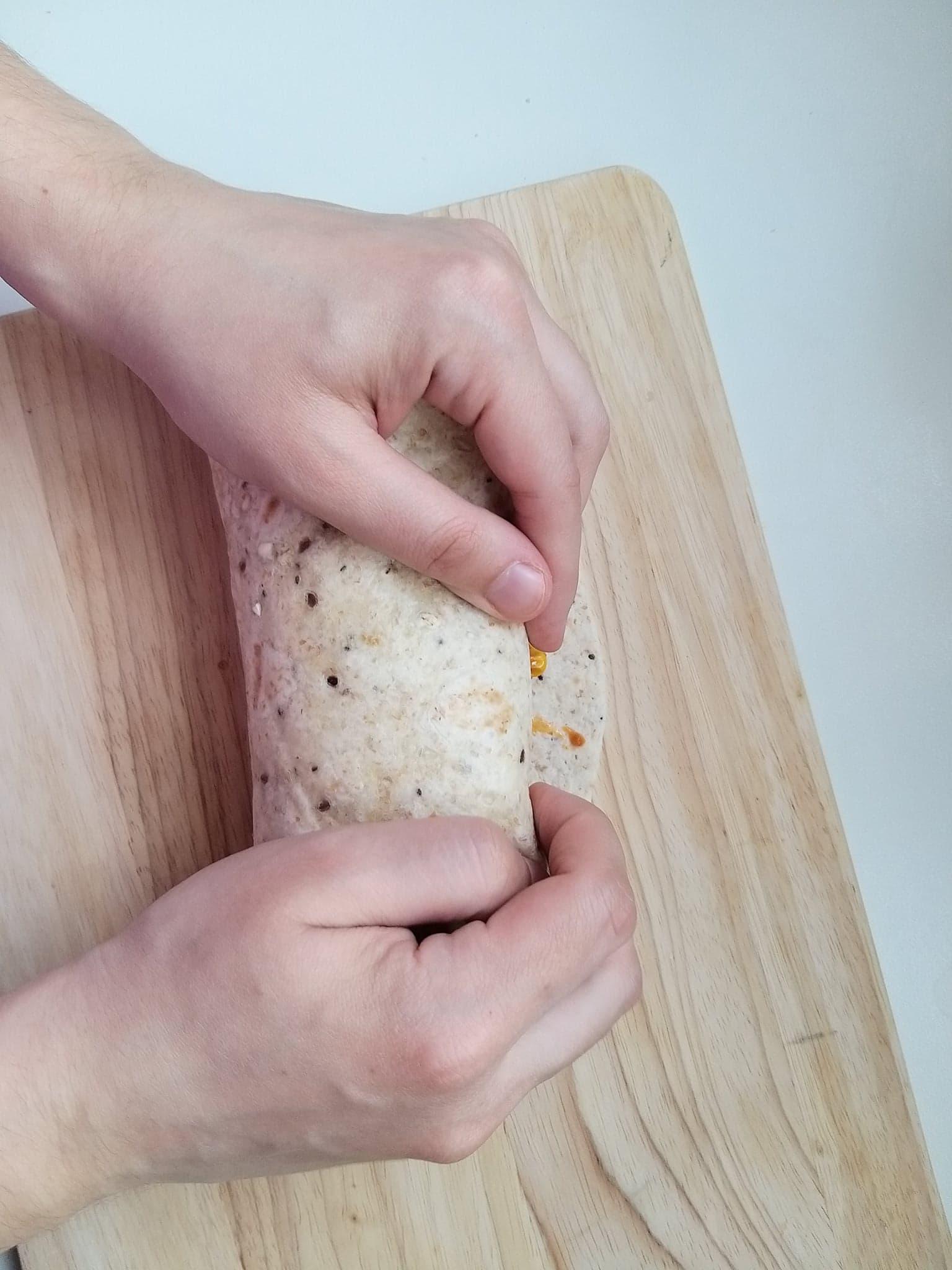 Ostatni etap zawijania burrito.